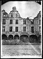 Maison - Façades des maisons de la Petite Place après un bombardement - Arras - Médiathèque de l'architecture et du patrimoine - APDU001385.jpg