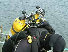 The top of a manifolded twin is shown over the diver's right shoulder.