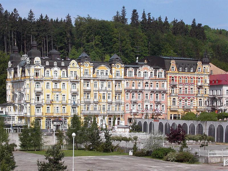 Файл:Mariánské lázně (Czech town) - houses in center.jpg