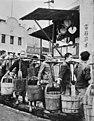 Mensen met houten wateremmers in de rij, China ongeveer 1945, Bestanddeelnr 924-9974.jpg