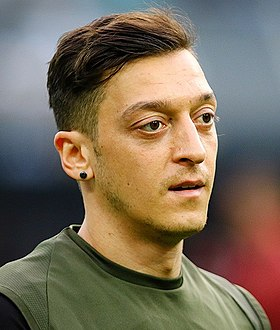 Mesut Özil at Baku before 2019 UEFA Europe League Final.jpg