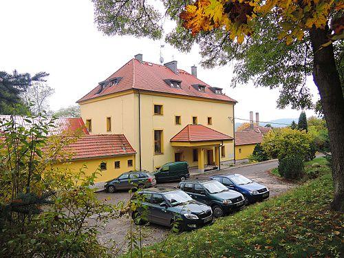 Budova někdejší první lesnické školy v Křivoklátě, tzv. Nechlebárna (dnes Lesní správa Křivoklát)