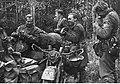 Niemieccy żołnierze podczas posiłku w przerwie walk pod Wiaźmą (2-953).jpg