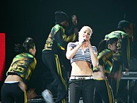 Gwen Stefani chantant sur The Sweet Escape Tour la chanson Now That You Got It.
