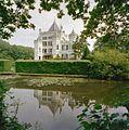 Overzicht zijgevel met spiegeling van het huis in het water - Langbroek - 20334670 - RCE.jpg