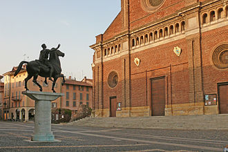 Regisole - Today's Regisole monument in front of the Cathedral of Pavia. Beyond, at the left of the cathedral, ruins of the Torre Civica.