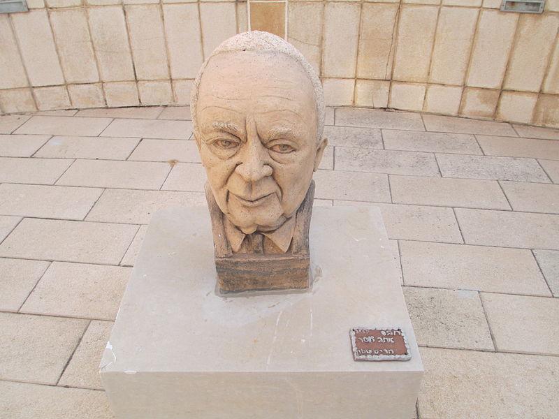 פסל של יצחק רבין בנהריה