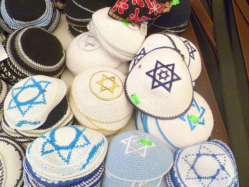 דוכן כיפות בשוק מחנה יהודה בירושלים