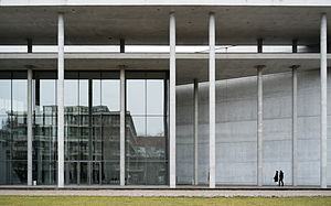 Pinakothek der Moderne - Entrance area with size comparison