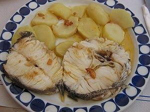 Español: Un plato de merluza, con patatas.