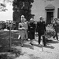 Prinses Juliana en prins Bernhard verlaten het terras, Bestanddeelnr 255-8095.jpg