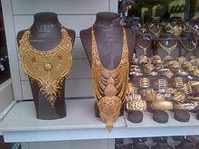 dos collares y unas pulseras de oro en la vitrina de una joyera en ankara turqua - Tabla Periodica A Blanco Y Negro