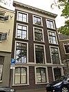 foto van Pand met lijstgevel voor huis met souterrain, parterre en twee verdiepingen