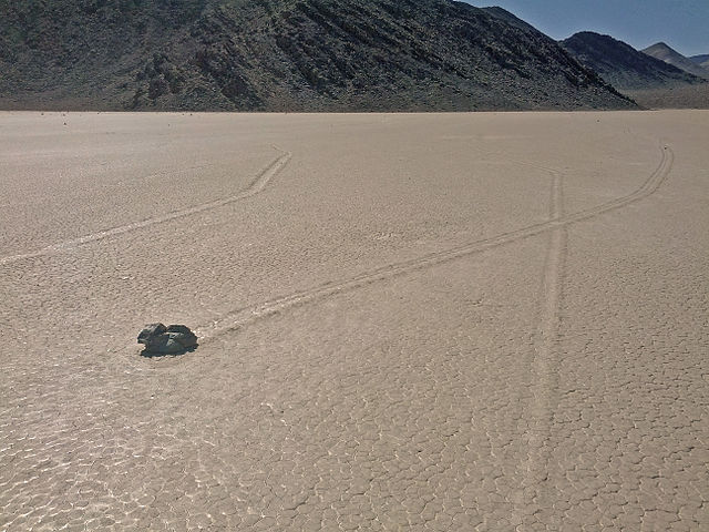 640px-Racetrack_Playa%2C_Death_Valley_Na