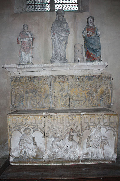 In the second chapel of the south aisle are gouped various rests recovered during successives restorations.  The altar is formed by stacking the Altarpiece of the Passion and the Altarpiece of the Coronation.