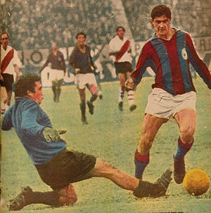 Rodolfo Fischer - Fischer on the title of El Gráfico 1967, scoring against River Plate