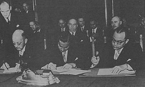 Dutch–Indonesian Round Table Conference - J.H. Maarseveen, Sultan Hamid II of Pontianak and Hatta signing the Round Table Agreement, 2 November 1949