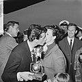 Rudi Carrell heeft de zilveren roos gewonnen. Rudi Carrell met echtgenote, Bestanddeelnr 916-3512.jpg