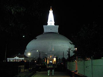 Ruwanvali Stupa, Anuradhapura 071.jpg