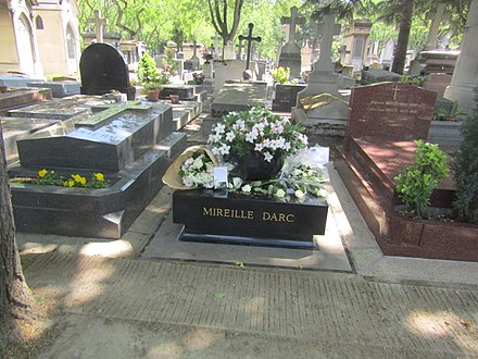 Darc's tomb in Section 11 of Montparnasse Cemetery, Paris Sepulture Mireille Darc.jpg