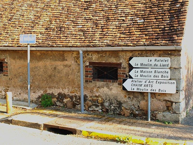 Saint-Hilaire-les-Andrésis (Loiret, France; panneaux routiers dans le bourg le long de la D32, allant en direction de Courtenay, juste avant de passer la Cléry. Les panneaux sont au début de la route du Ratelet longeant la rivière côté rive gauche (côté nord). Le chemin de grande randonnée GR132 emprunte ce chemin  avant ou après avoir traversé la rivière.