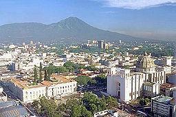 San Salvador, med vulkanen med de samme navne i baggrunden.