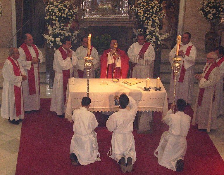 Priester und Diakone am Altar