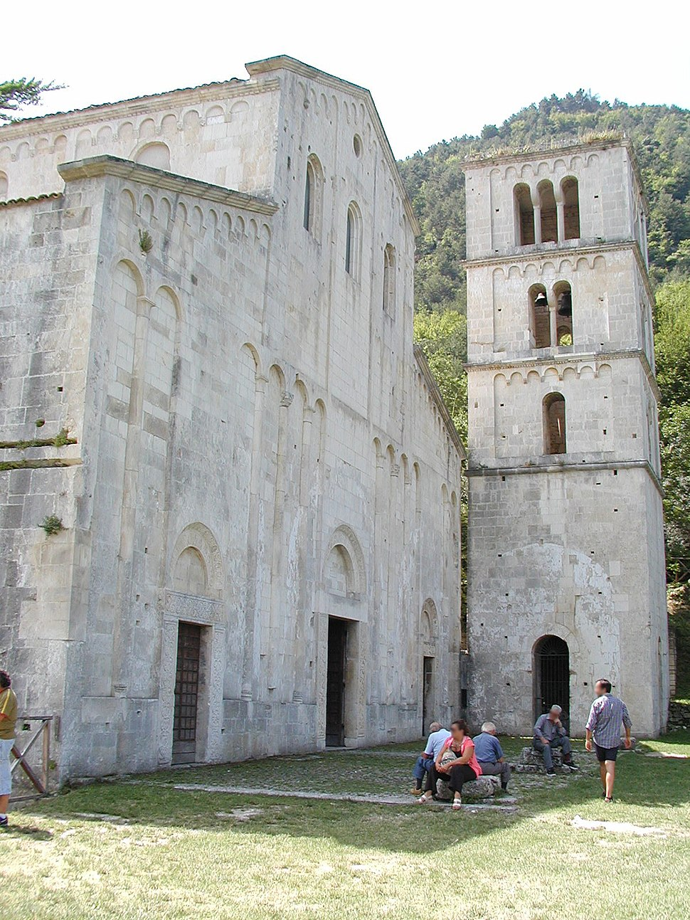 Serramonacesca chiesa benedettina 03