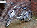 Silberfarbenes Fahrrad mit Elektromotor.JPG