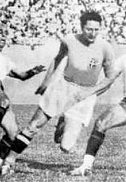 Piola in azione con la maglia dell'Italia negli anni 1930