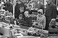 Sint Nicolaas etalages in Amsterdam Kinderen kijken naar de etalages, Bestanddeelnr 913-2134.jpg