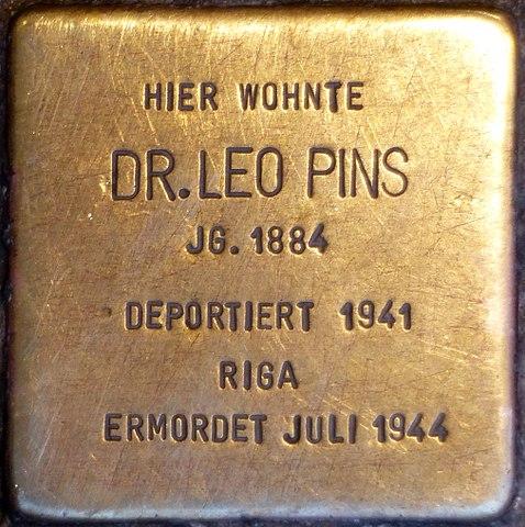 File:Stolpersteine Höxter, Dr  Leo Pins (Marktstraße 12) jpg