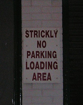 English: Strickly No Parking A very bad spelli...