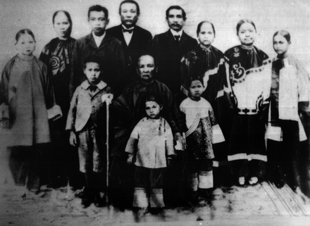 Sun Yat-sen (back row, fifth from left) and his family Sun Yat Sen's family 1901.png