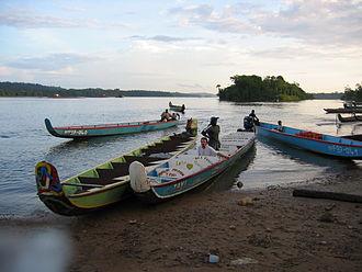 Apatou - Canoe taxis at Apatou