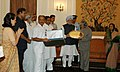 The Prime Minister, Dr. Manmohan Singh presenting the memento to the outgoing President, Dr. A.P.J. Abdul Kalam at the dinner hosted by him, in New Delhi on July 23, 2007.jpg