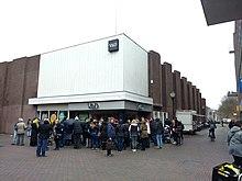 Koopjesjagers wachten op 23 maart 2016 tot de V&D opengaat voor de ...: nl.wikipedia.org/wiki/V&D?hc_location=ufi