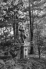 De Tempel: tuinbeeld op voetstuk \
