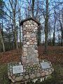 Veliuona, kapinių paminklas.JPG