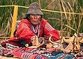 Vendedora de artesanias de la isla de Los Uros.jpg