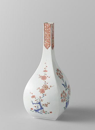 Kakiemon - Kakiemon square bottle with plums and stylized flowers in glaze and gilding. Edo period, 1670–1690