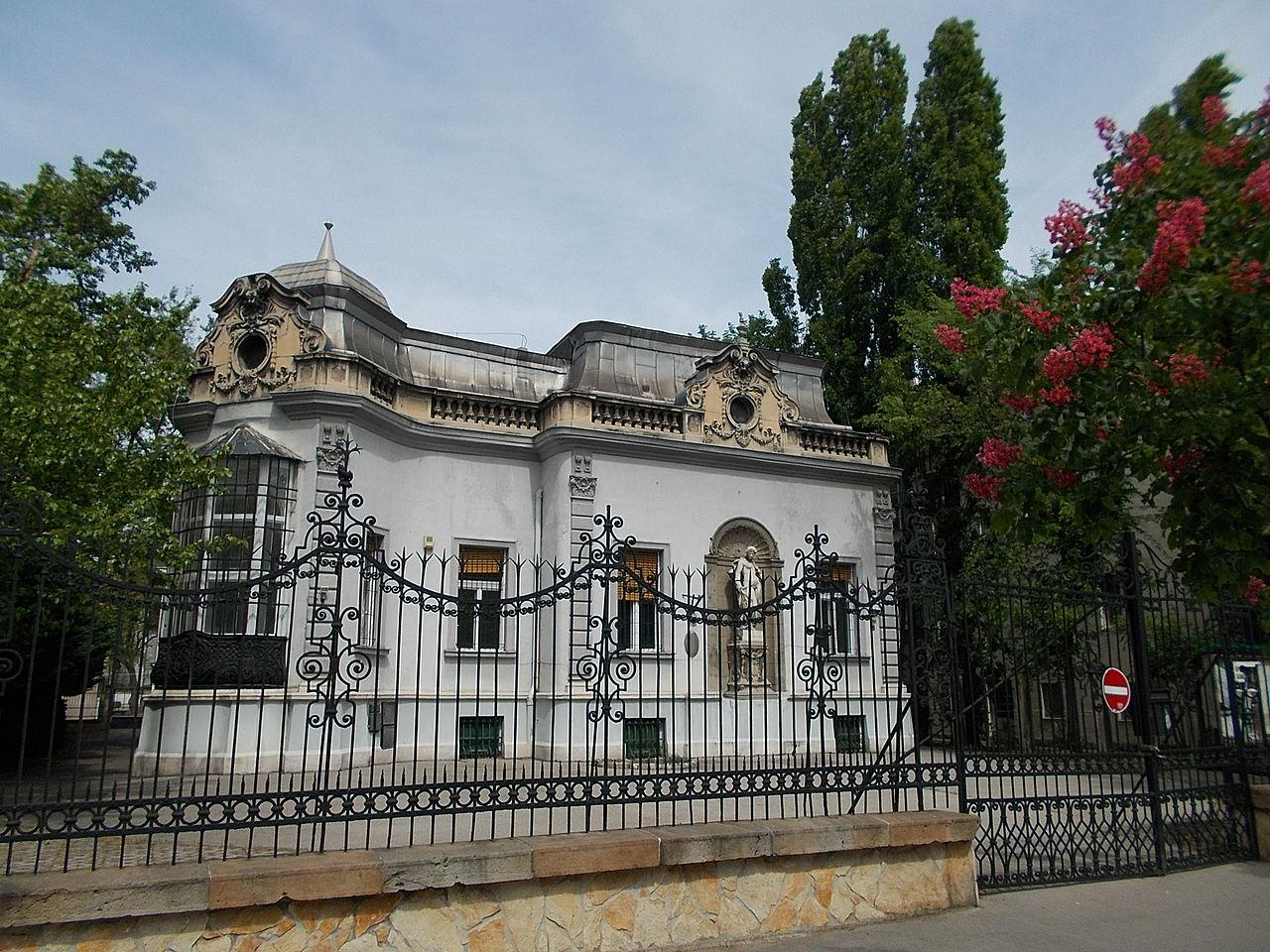 File Villa Statue Amp Wrought Iron Fence Budapest