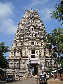 L'imponente gopura che domina l'entrata del tempio Virupaksha
