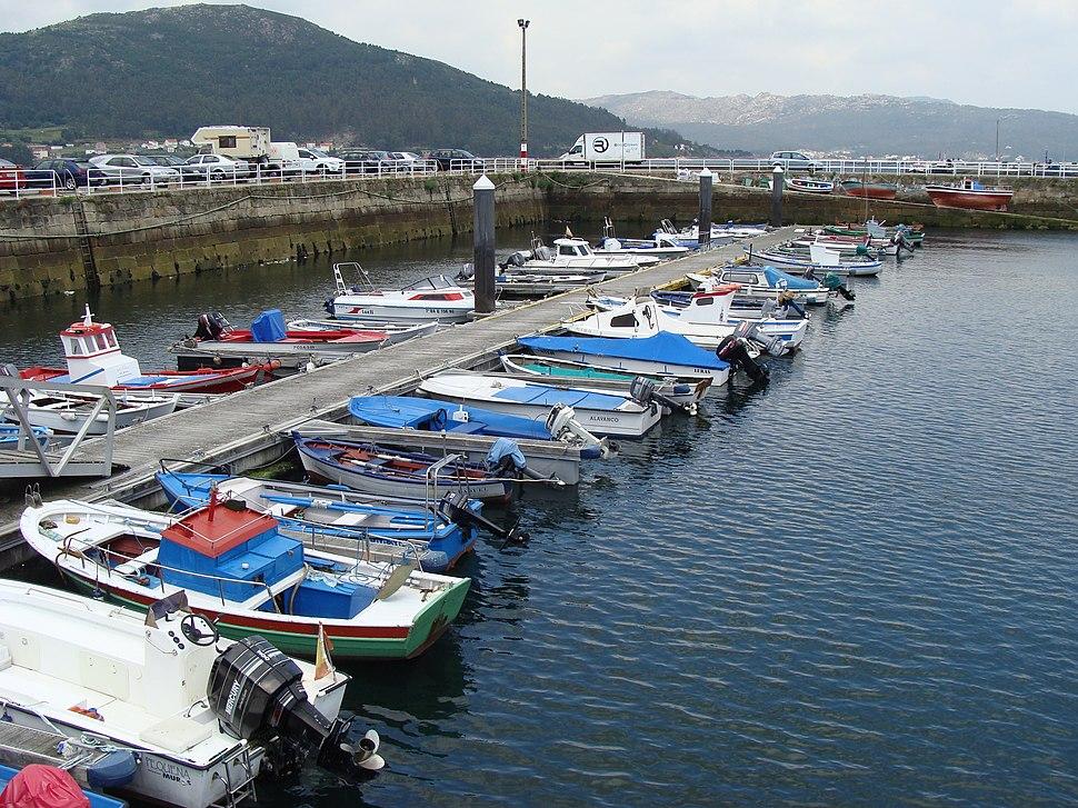 Vista parcial del puerto de Muros en marea baja