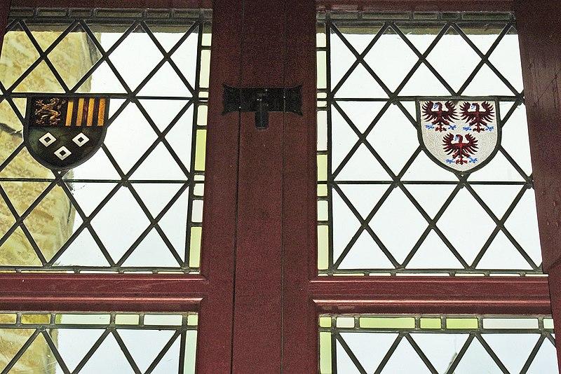 File:WLANL - hansfokke - Venster7 (Links het nieuwe wapen van Van Glymes, dat Jan III van Glymes voert, rechts het wapen van zijn echtgenote Adriana van Brimeu).jpg