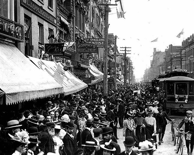 Yonge Street crowd celebrating the end of the Boer War.jpg