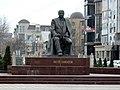 Памятник Р. Гамзатову в Махачкале.jpg
