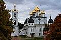 Собор Успения Пресвятой Богородицы в Дмитрове, осень.jpg