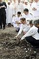 ดินฝังศพพระราชทานโดยพระบาทสมเด็จพระเจ้าอยู่หัวฯ นายก - Flickr - Abhisit Vejjajiva.jpg
