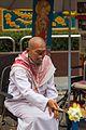 2016 Singapur, Rochor, Człowiek bez nosa przed świątynią (01).jpg